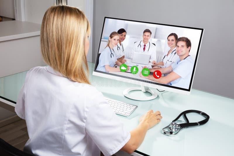 Computer del dottore Video Conferencing On immagini stock libere da diritti