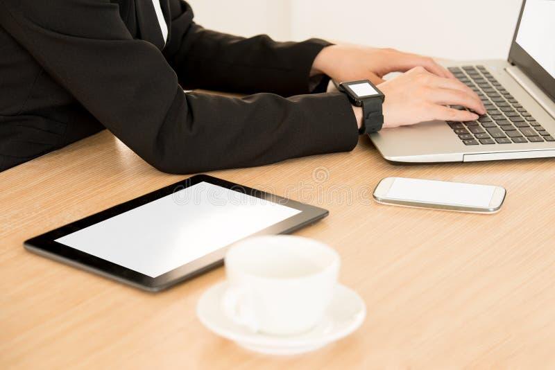 Computer della compressa di Digital che visualizza schermo in bianco fotografia stock libera da diritti