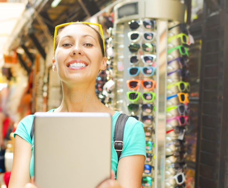 Computer della compressa e del turista fotografia stock libera da diritti