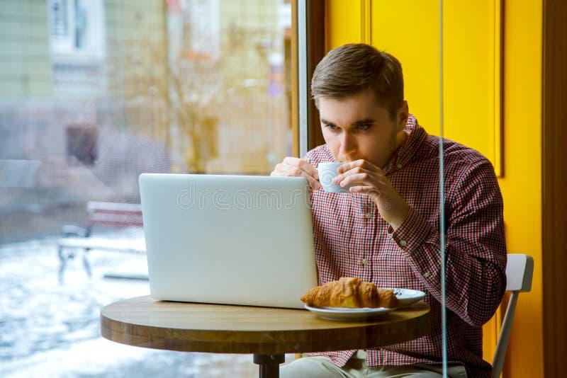 Computer di battitura a macchina di collegamento dell'uomo d'affari di Internet di wifi del computer portatile di uso della mano  fotografia stock libera da diritti