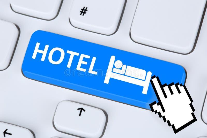 Computer di prenotazione online di Internet della camera di albergo immagini stock libere da diritti