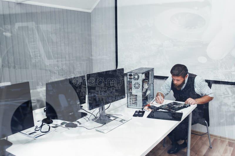 Computer die op kantoor, dubbele blootstelling herstellen stock fotografie