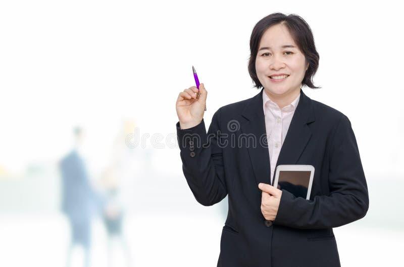 Computer e sorrisi della compressa della tenuta della donna immagini stock