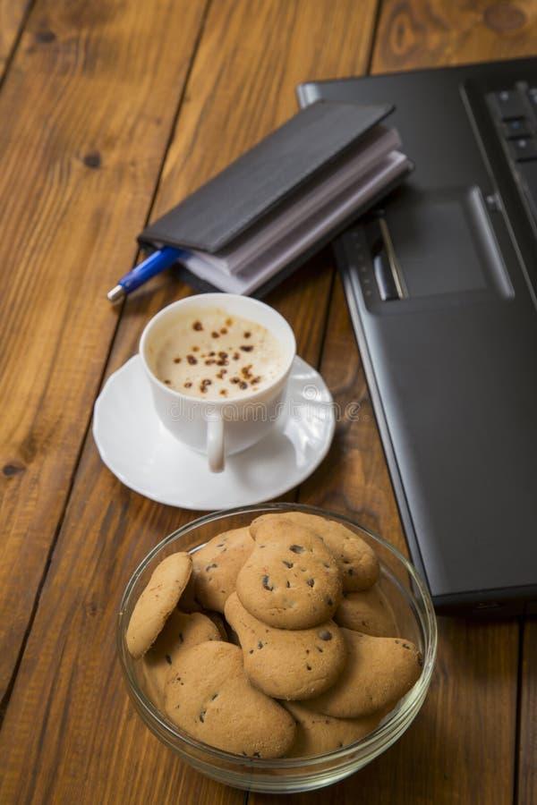 Computer een kop koffie en koekjes royalty-vrije stock foto