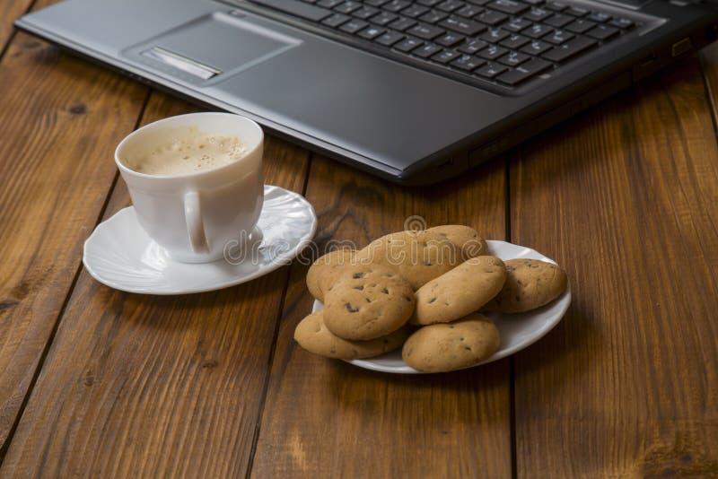 Computer een kop koffie en koekjes royalty-vrije stock foto's