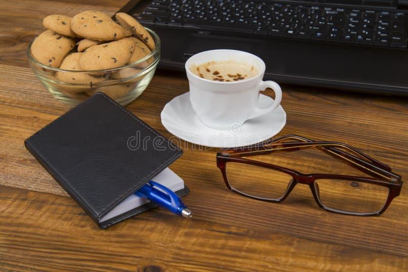 Computer een kop koffie en koekjes royalty-vrije stock afbeeldingen
