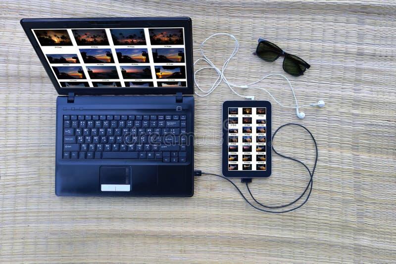 Computer en communicatie materiaal op de mat royalty-vrije stock foto's