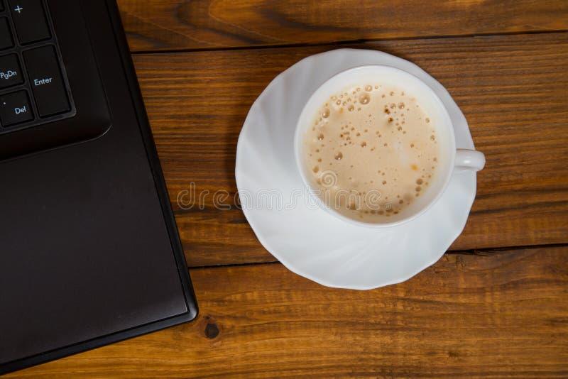 Computer en een kop van koffie stock afbeelding
