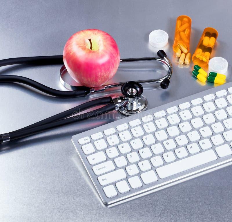 Computer en medische apparatuur met geneeskunde op roestvrij staal royalty-vrije stock afbeelding
