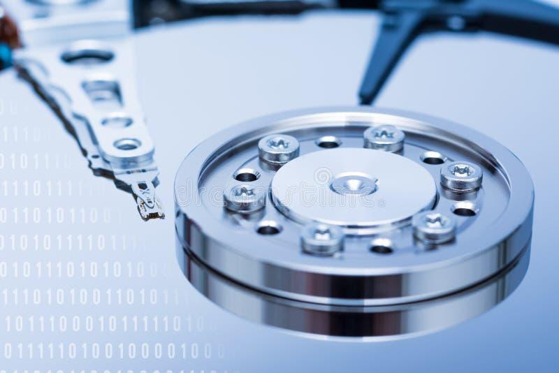 Computer-Festplattenlaufwerk und Binärzahlen stockfotografie