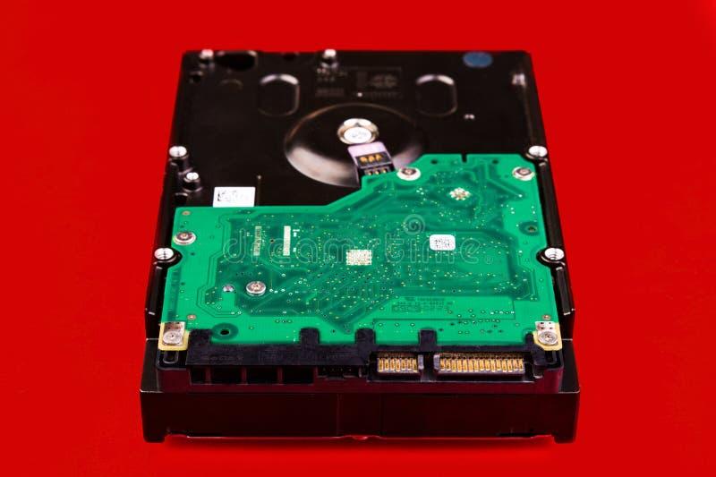 Computer harde aandrijving, vooraanzicht, op een rode achtergrond royalty-vrije stock foto