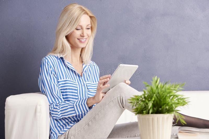 Computer im weißen Hintergrund lizenzfreie stockbilder