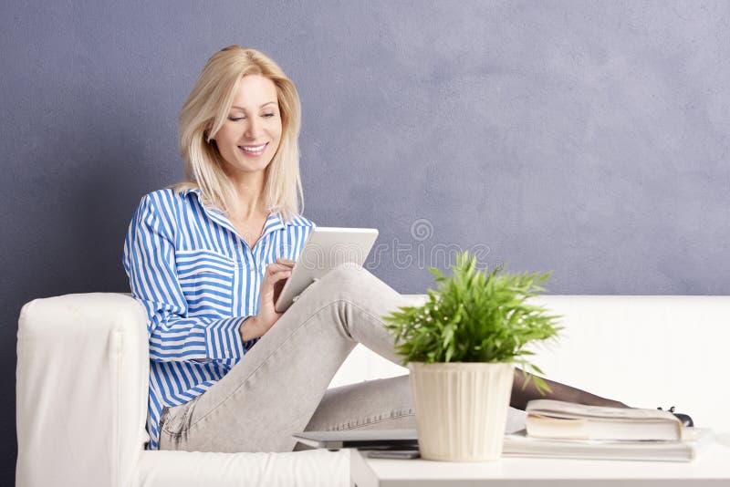 Computer im weißen Hintergrund stockfoto