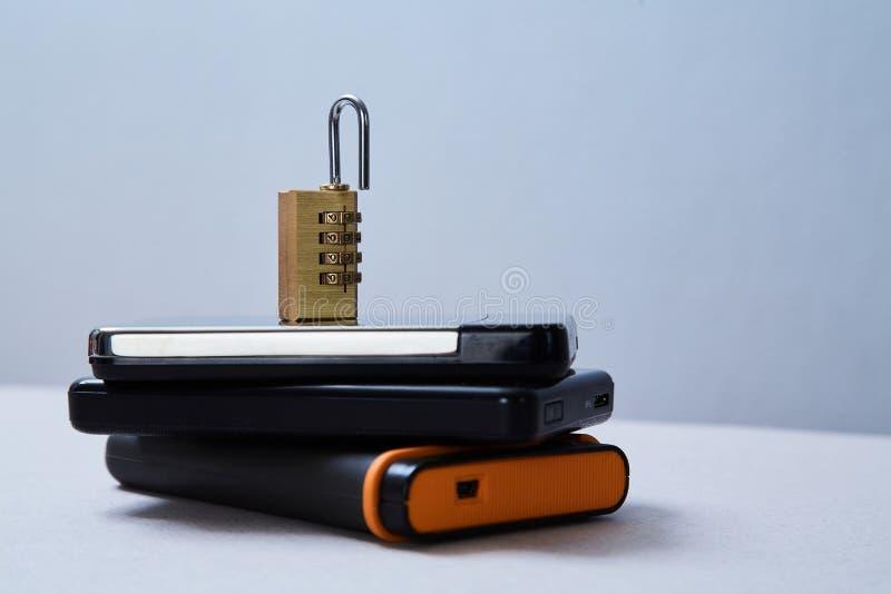 Computer of Internet-veiligheid Gegevensbeschermingconcept: extern hard aandrijving en slot royalty-vrije stock foto