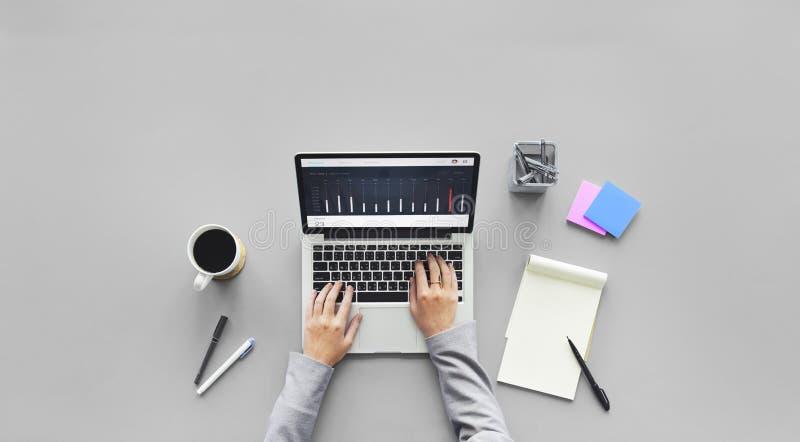 Computer-Laptop-Forschungs-Arbeitsschreibtisch-Konzept lizenzfreie stockbilder