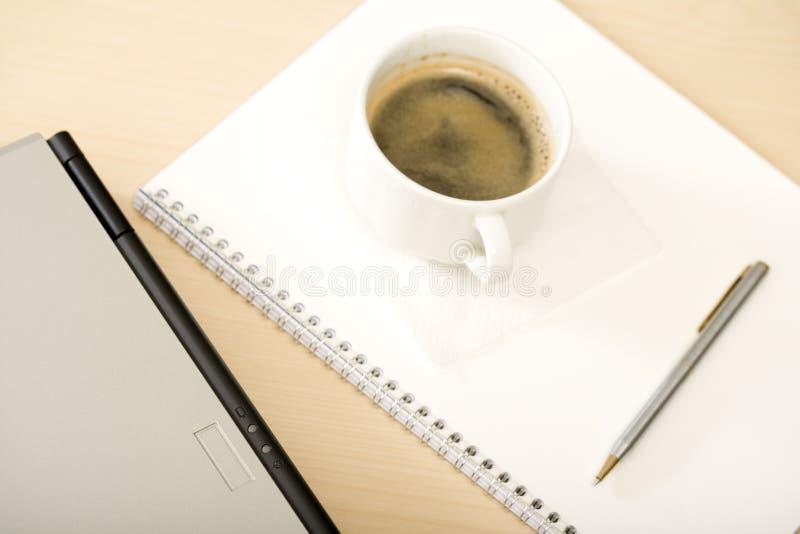 Computer met een kop van koffie stock afbeelding