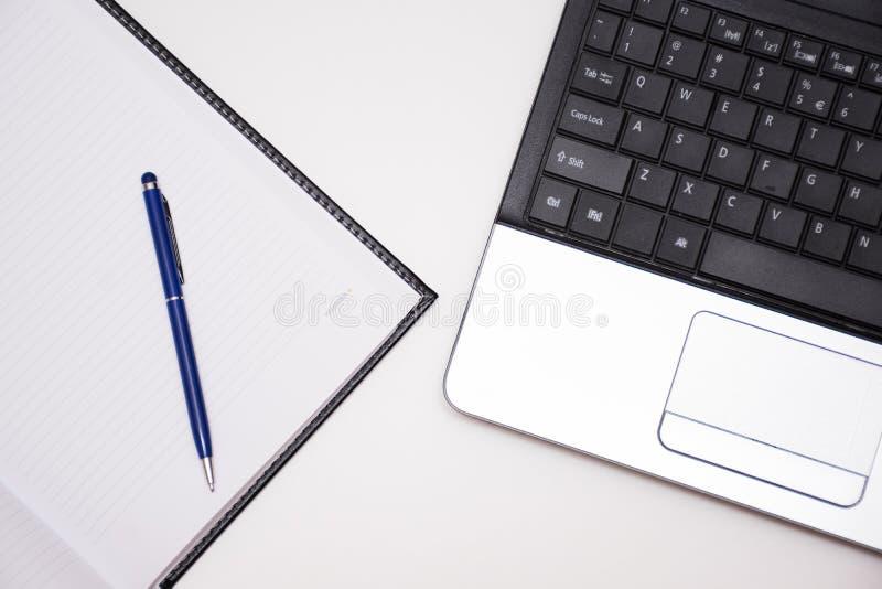 Computer met notitieboekje en pen royalty-vrije stock afbeeldingen