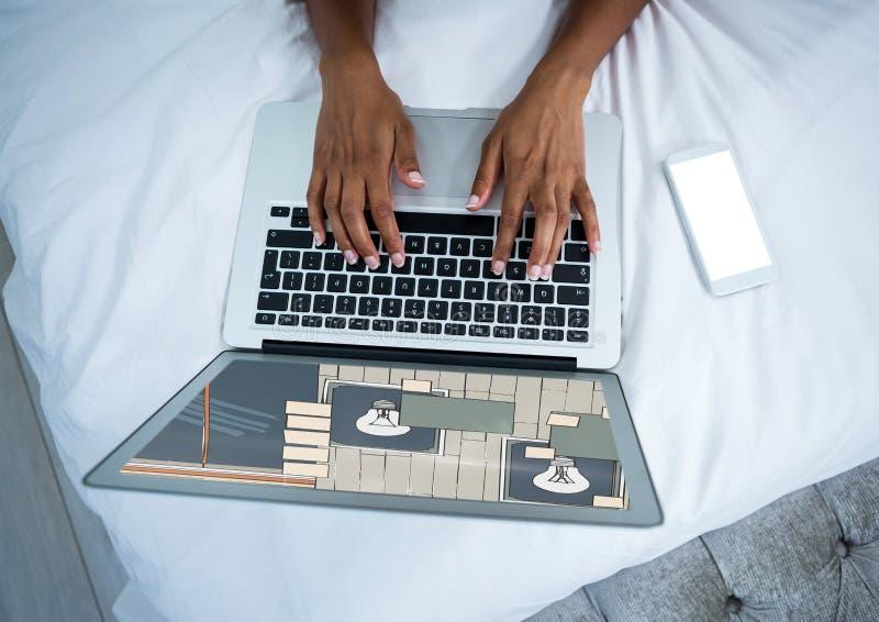 Computer mit den Händen auf Bett Auf dem Schirm das Design für die Wand stockfotos