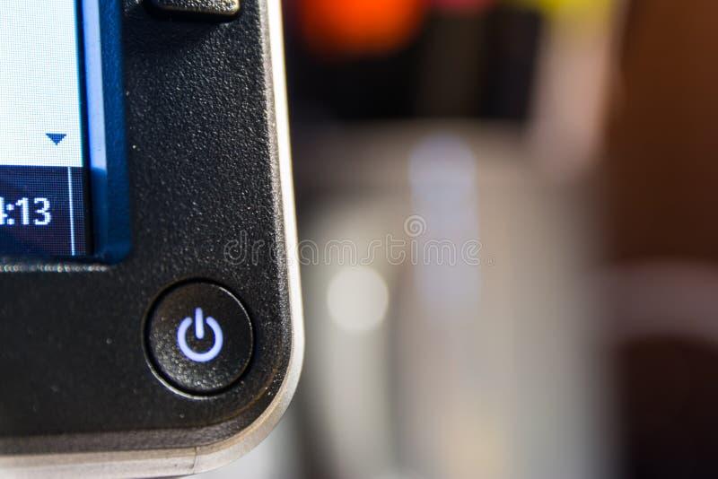 Computer-Monitor-An-/Aus-Schalter-Tischplattenarbeitsplatz-Schärfentiefe L lizenzfreies stockfoto