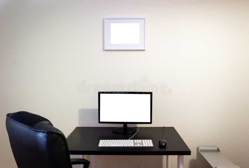 Computer op Houten Zwart Bureaumodel LCD het Scherm, Toetsenbord, Muis, Bureaucomputer, Fotokader, Bureaustoel De ruimte van het  royalty-vrije stock fotografie