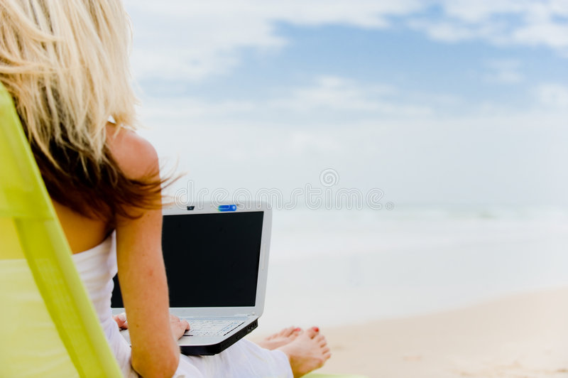 Computer op Strand stock afbeelding