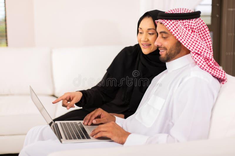 Computer portatile arabo delle coppie fotografie stock libere da diritti