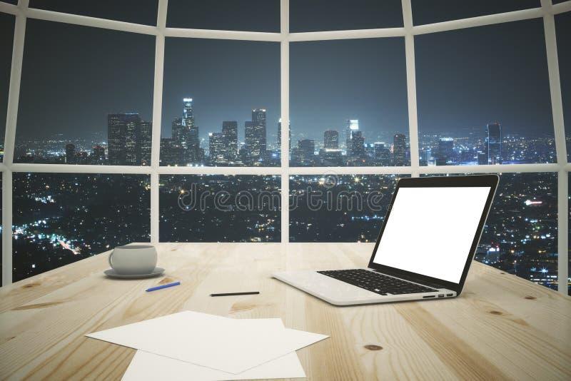 Computer portatile bianco sulla tavola immagine stock libera da diritti