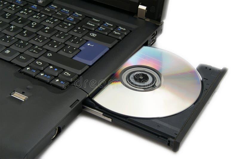 Computer portatile con DVD caricato immagine stock
