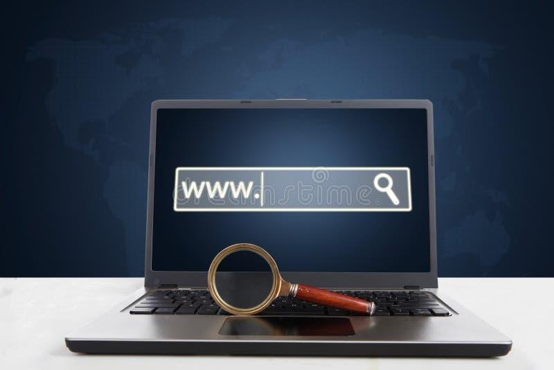Computer portatile con la pagina del browser e della lente fotografie stock libere da diritti