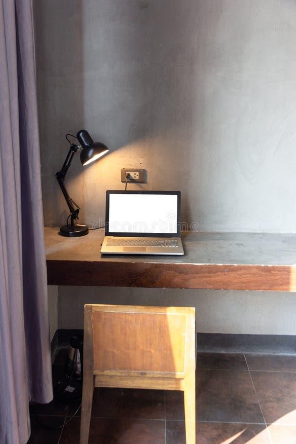 computer portatile con lo schermo bianco in bianco per derisione sul fondo del modello sulla Tabella immagini stock libere da diritti