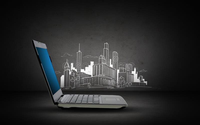 Computer portatile con lo schizzo della città e dello schermo in bianco fotografia stock