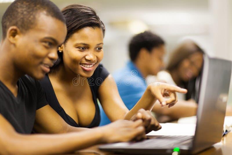 Computer portatile degli studenti di college immagini stock libere da diritti