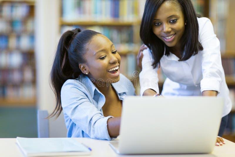 Computer portatile degli studenti di college fotografie stock libere da diritti