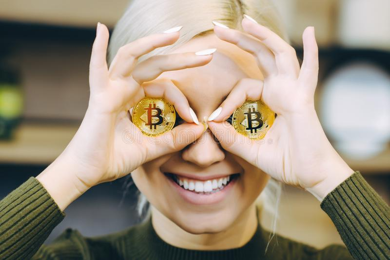 Computer portatile del bitcoin della donna fotografie stock