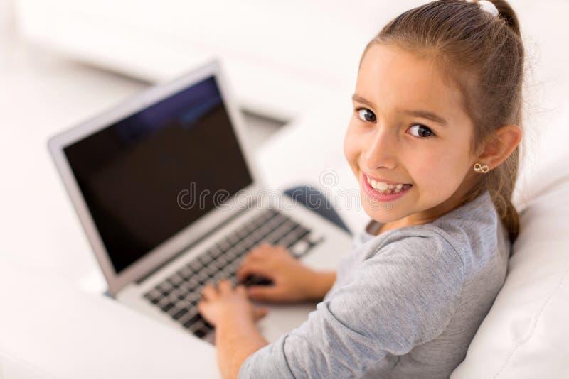Computer portatile della bambina immagini stock libere da diritti