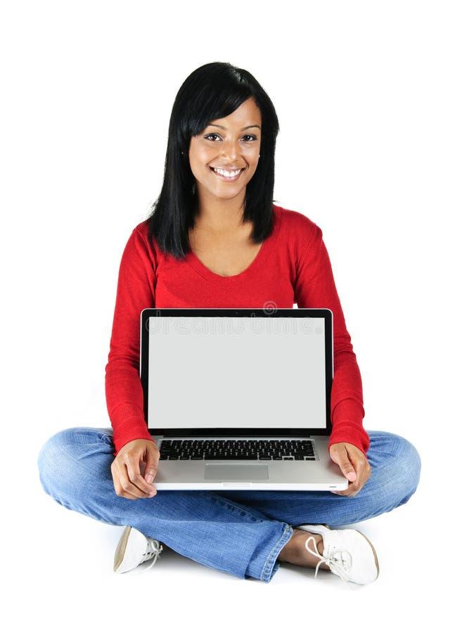 Computer portatile della holding della giovane donna fotografie stock libere da diritti