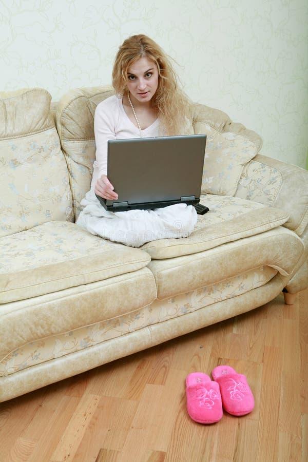 computer portatile della ragazza fotografia stock libera da diritti