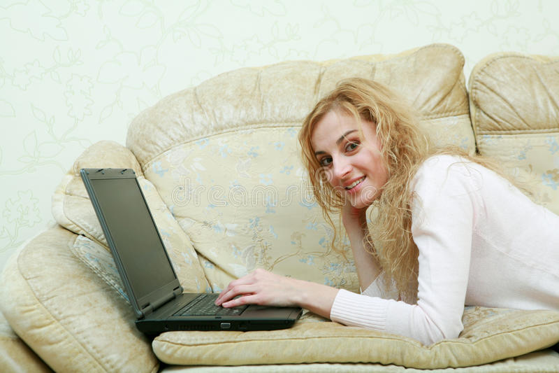 computer portatile della ragazza piacevole fotografia stock libera da diritti