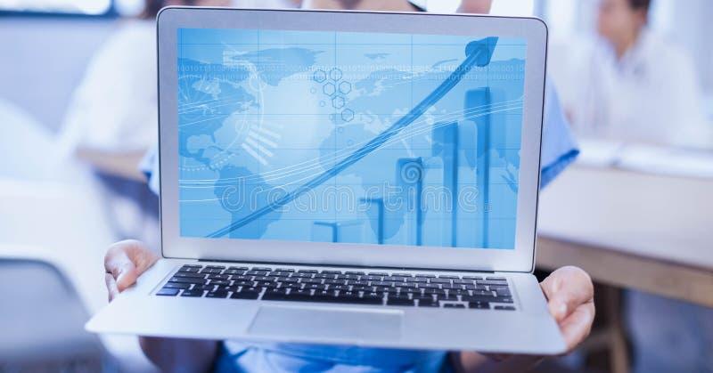 Computer portatile della tenuta della donna che visualizza il grafico del grafico illustrazione di stock