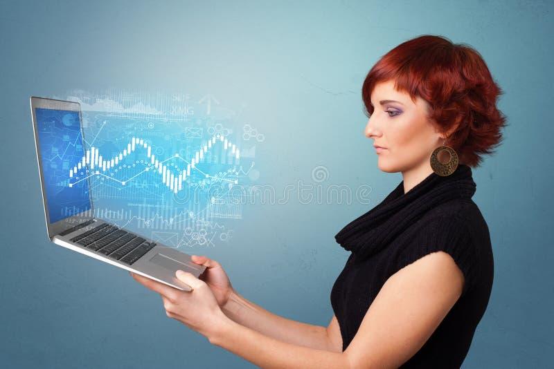Computer portatile della tenuta della donna con il concetto finanziario illustrazione vettoriale