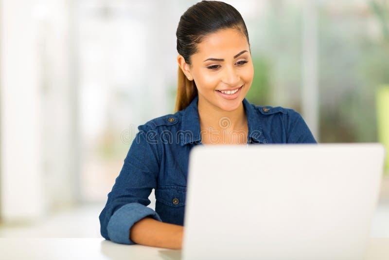 Computer portatile dello studente di college immagini stock libere da diritti
