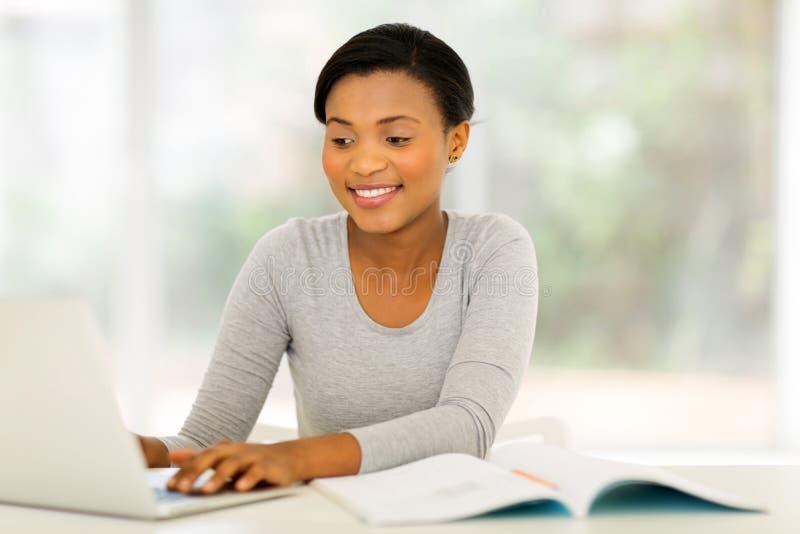 computer portatile dello studente di college fotografie stock libere da diritti
