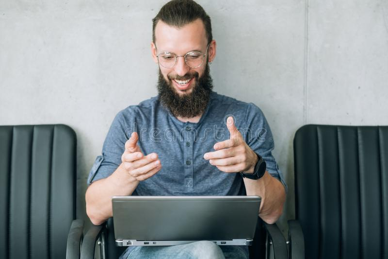 Computer portatile di conversazione del richiedente di ora di intervista di lavoro online immagine stock libera da diritti
