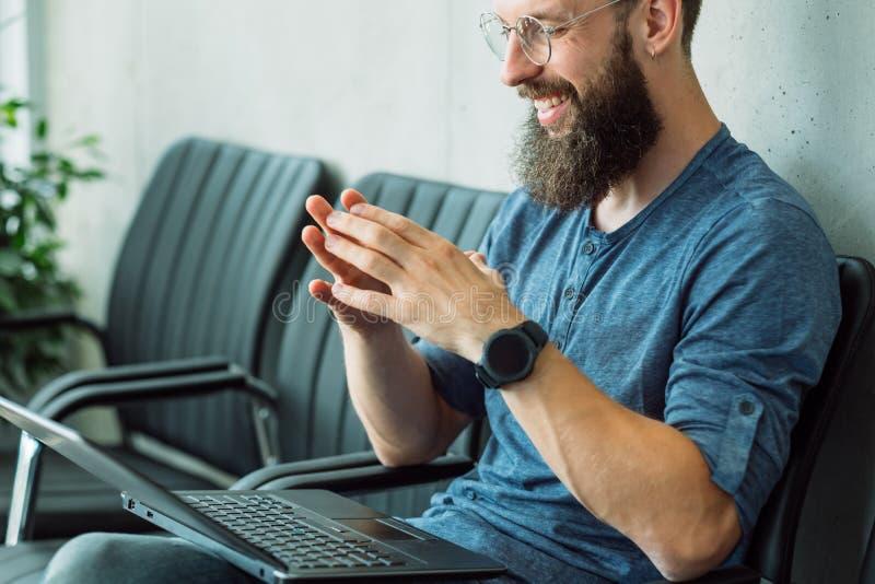 Computer portatile di conversazione del richiedente di ora di intervista di lavoro online immagini stock libere da diritti