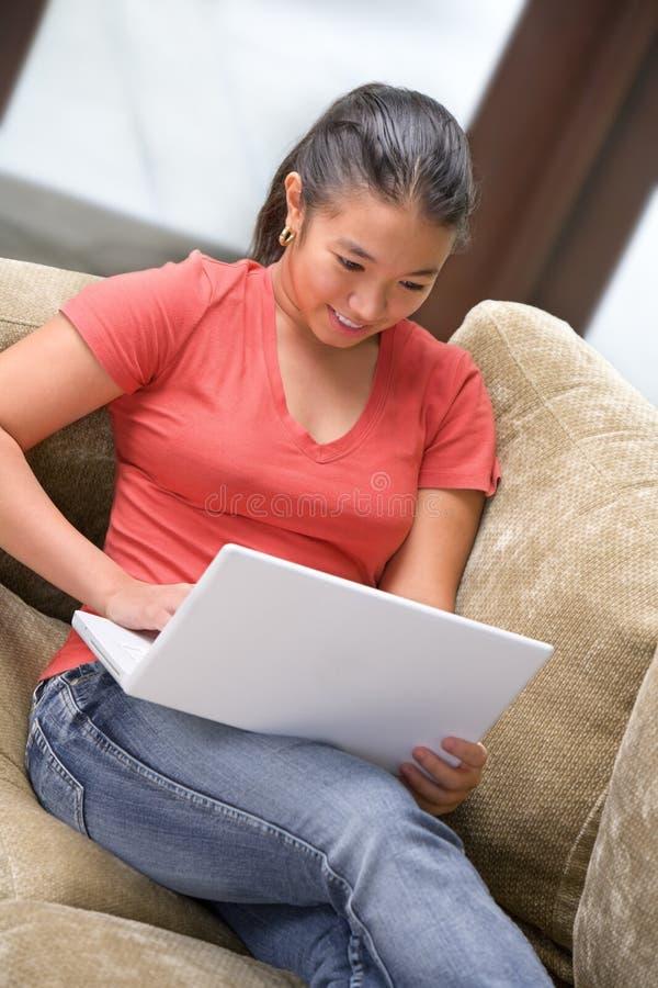 Computer portatile di uso dell'allievo nel paese immagini stock