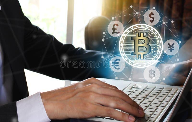 Computer portatile di uso dell'uomo d'affari con il bitcoin e il fintech dello schermo virtuale, fotografia stock