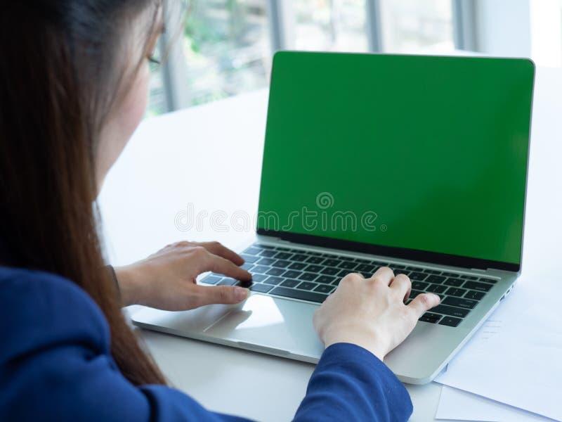 Computer portatile di uso della donna immagine stock