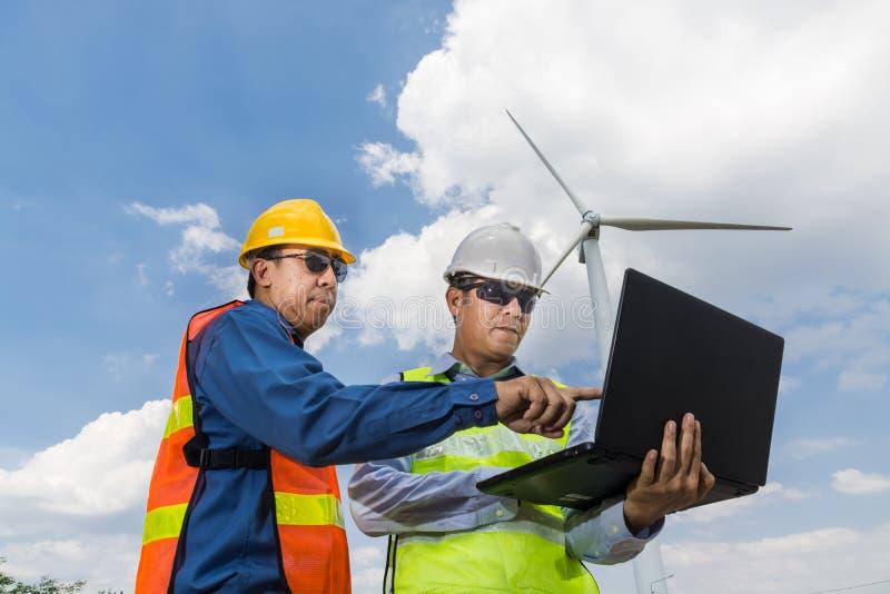 , Computer portatile di uso maschio dell'ingegnere e dell'architetto immagine stock libera da diritti