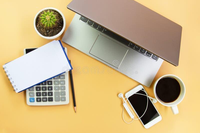 Computer portatile di visualizzazione superiore con la carta da lettere, matita, tazza del coffe, cellulare, calcolatore, calcola fotografie stock libere da diritti