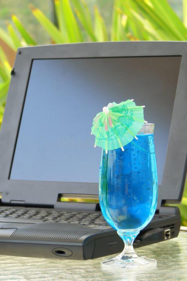 Computer portatile e bevanda fotografia stock